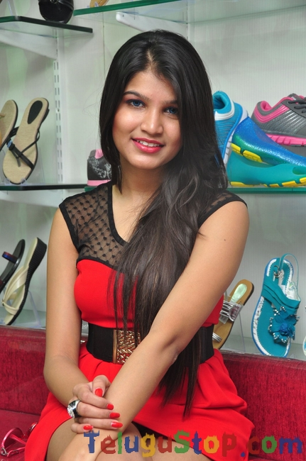 Isha agarwal latest stills- Photos,Spicy Hot Pics,Images,High Resolution WallPapers Download