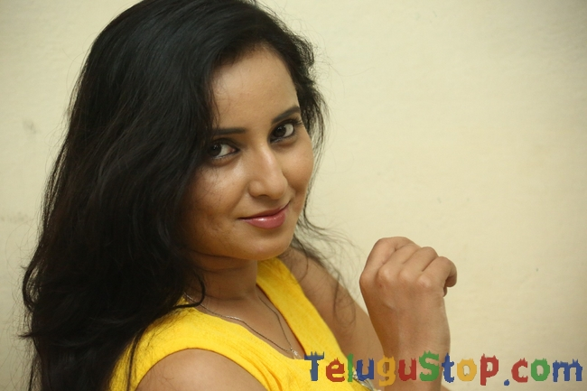 Ishika singh latest pics- Photos,Spicy Hot Pics,Images,High Resolution WallPapers Download