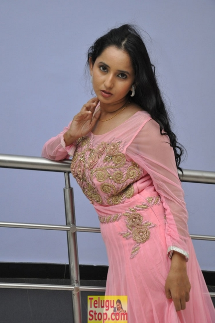 Ishika singh new gallery- Photos,Spicy Hot Pics,Images,High Resolution WallPapers Download