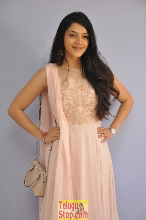 Mehareen latest pics- Photos,Spicy Hot Pics,Images,High Resolution WallPapers Download