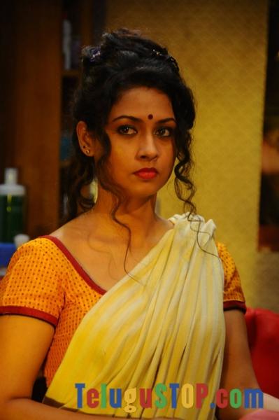 Oka rathri iddaru ammayilu movie stills- Photos,Spicy Hot Pics,Images,High Resolution WallPapers Download