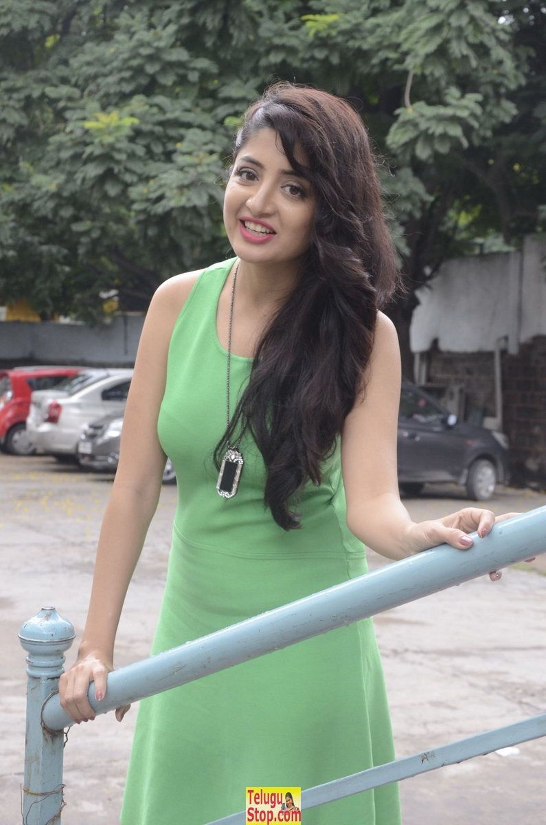 Poonam kaur new stills- Photos,Spicy Hot Pics,Images,High Resolution WallPapers Download