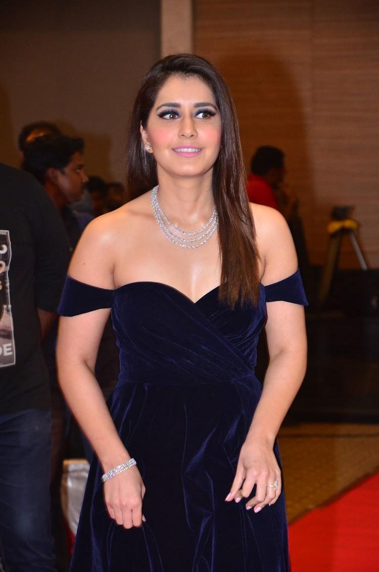 Raashi Khanna Latest Stills-Raashi Khanna Latest Stills-
