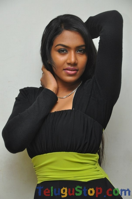 Risha latest stills- Photos,Spicy Hot Pics,Images,High Resolution WallPapers Download