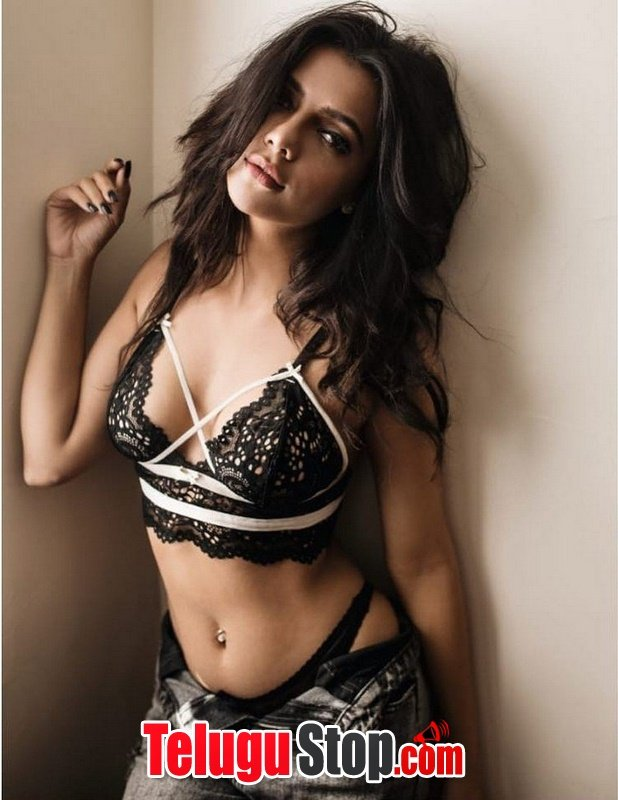 Ruhi Sharma Hot Pics-