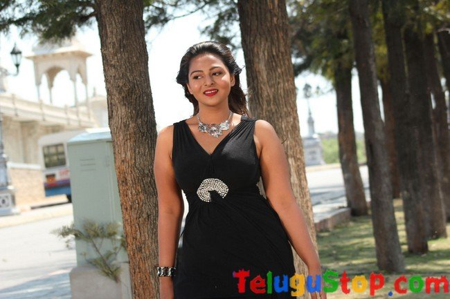 Samvritha sunil stills- Photos,Spicy Hot Pics,Images,High Resolution WallPapers Download
