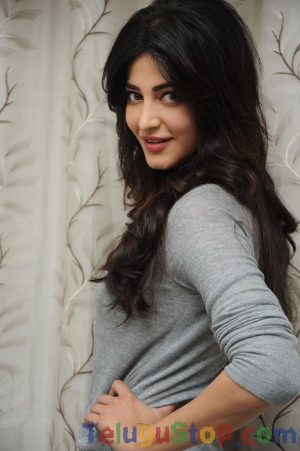 Shruti haasan latest stills- Photos,Spicy Hot Pics,Images,High Resolution WallPapers Download