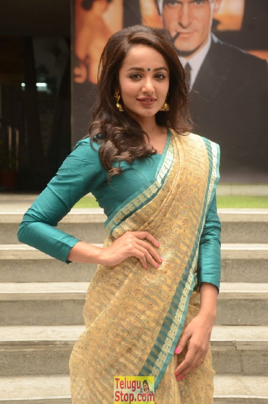 Tejaswi madivada latest stills 2- Photos,Spicy Hot Pics,Images,High Resolution WallPapers Download