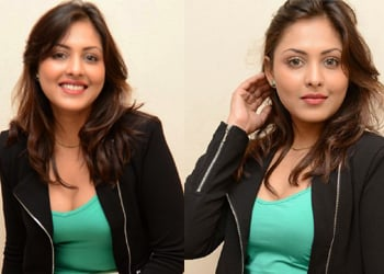 Madhu Shalini Spicy Stills Photo Image Pic