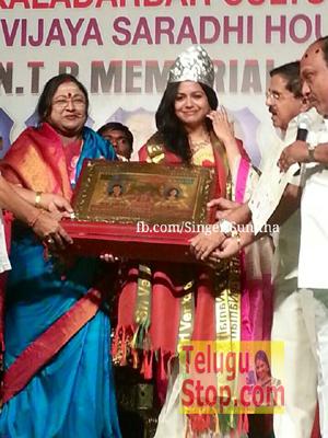 Prestigious Award To Gorgeous Singer Photo Image Pic