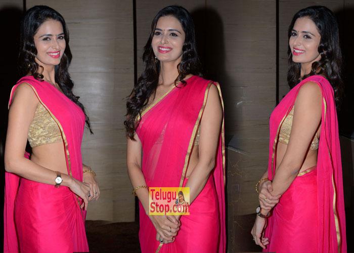 Meenakshi Dixit New Stills-Meenakshi Dixit New Stills--Telugu Actress Hot Photos Meenakshi Dixit New Stills---