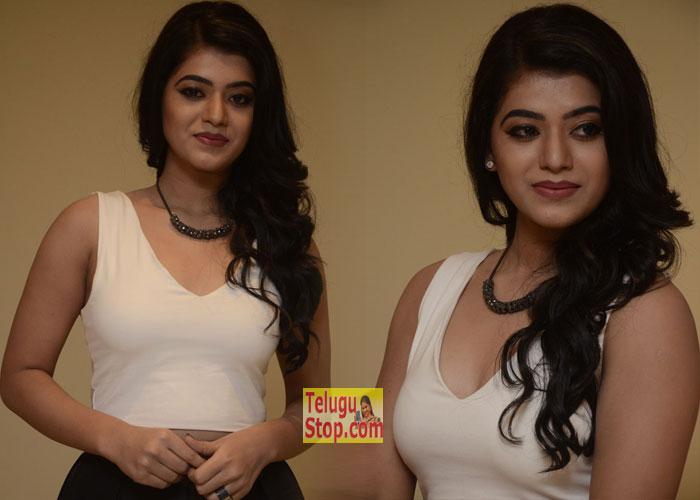 Yamini Bhasker New Stills-Yamini Bhasker New Stills--Telugu Actress Hot Photos Yamini Bhasker New Stills---