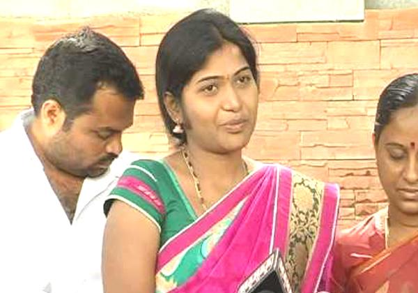 News Anchor Rani Rudrama Into Politics-