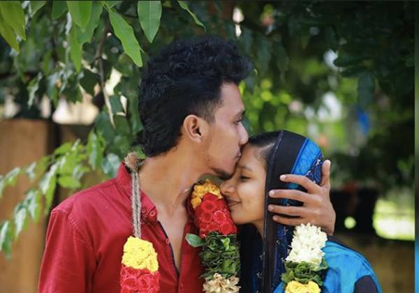 The Lovers Hot Selfie Creates Problem In Kerala-
