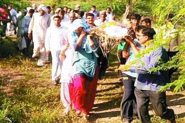 Woman Gives Shoulder To Cop Husband's Body Daughter Lights The Pyre-