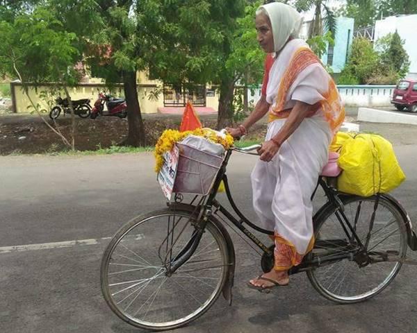 70 Years Old Woman Yalamandamma Cycling For 4 Km Daily-