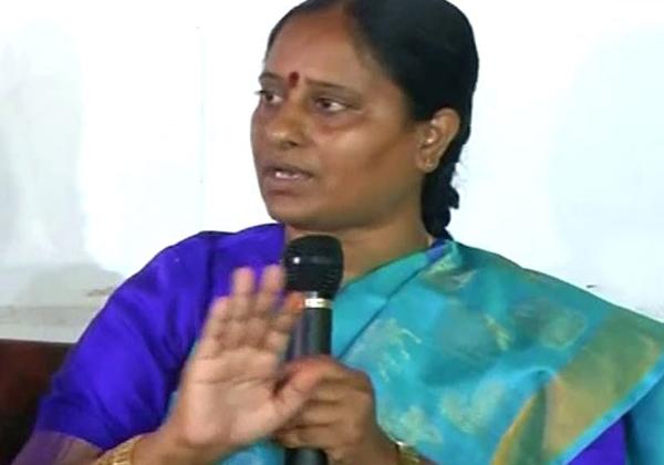 Konda Surekha Fires On KCR About Harish Rao Group-
