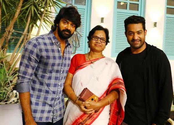 Actor Naveen Happy Rhat NTR posed with his mother-Aravinda Sametha Shoot Time,Ntr,Trivirkam