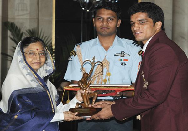 Arjun Award Winner Boxer Dinesh Kumar Selling Kulfi On Streets-