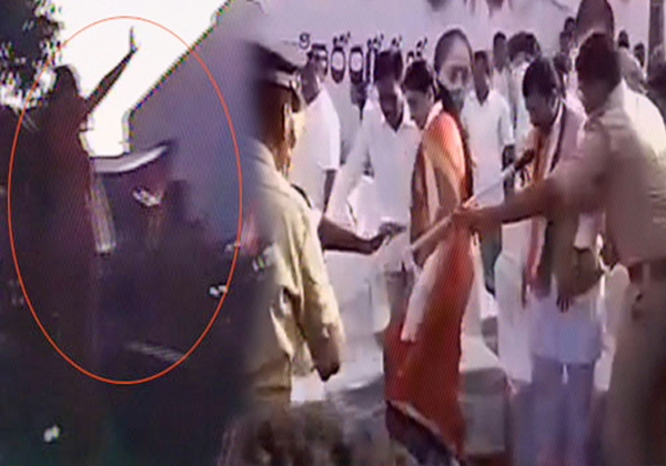 vijayasanthi falls down after congress campaign stage collapsed-,,Singers Photos Telugu