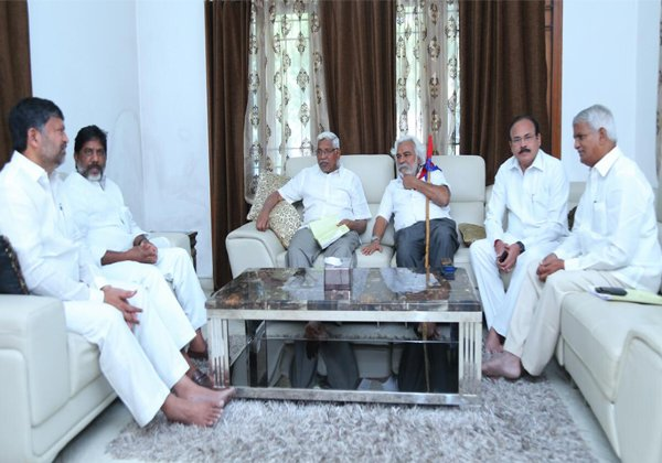 Congress Party Gives Hands To The Mahakutami Tie Up Parties-