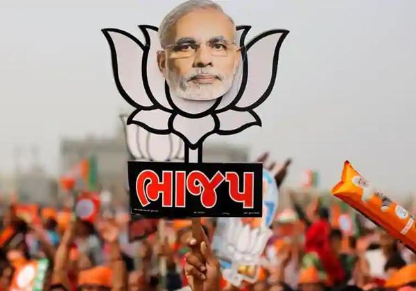 Party Supporters In Telangana With Biryani Packets-Mahakutami Party Prajakutami Telangana Elections Trs