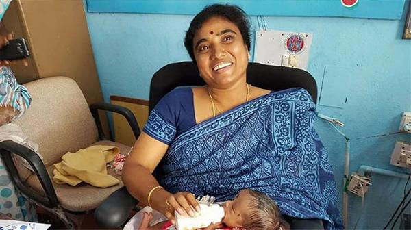 CI Madhavi Caring Child In Polling Station Huzurabad-Huzurabad Polling Women Ci తెలంగాణ రాష్ట్రం హుజురాబాద్