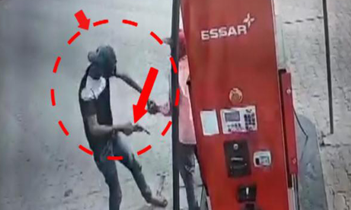 Armed Men Theft On Petrol Bunk Staff In Aligarh- Telugu Viral News Armed Men Theft On Petrol Bunk Staff In Aligarh--Armed Men Theft On Petrol Bunk Staff In Aligarh-