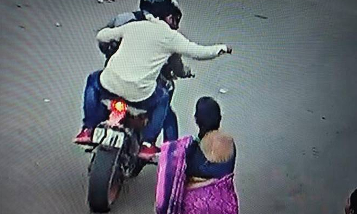 Chain Snatching Incident Caught On Camera--Chain Snatching Incident Caught On Camera-