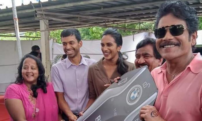 Chamundeshwarnath Presents The Car To Sindhu-batminton Player Sindhu,chamundeshwarnath,sindhu Getting Four Cars To Sindhu From Chamindeshwarnath-Chamundeshwarnath Presents The Car To Sindhu-Batminton Player Sindhu Chamundeshwarnath Getting Four Cars From Chamindeshwarnath