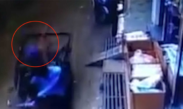 Madhya Pradesh Child Falls Off From 35 Feets And Saved By Rickshaw-madhya Pradesh,madhya Pradesh Child,saved By Rickshaw,viral In Social Media,viral News Updates-Madhya Pradesh Child Falls Off From 35 Feets And Saved By Rickshaw-Madhya Madhya Saved Rickshaw Viral In Social Media Viral News Updates