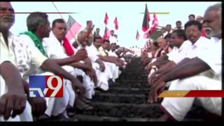 TN farmers protest for Cauvery Water,calls for 48hrs Rail Rokho – TV9