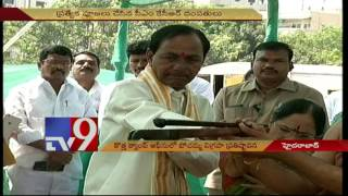 CM KCR offers special prayers at New camp office