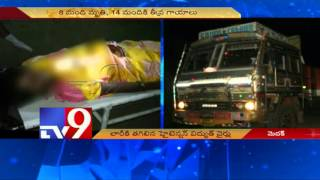 8 Killed, 15 injured as High tension wires falls on lorry in Medak – TV9
